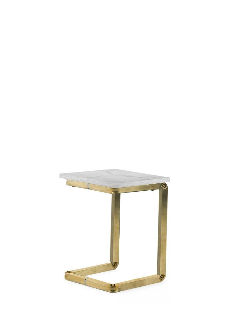 tavolino di design con struttura in ottone e piano in  marmo bianco carrara