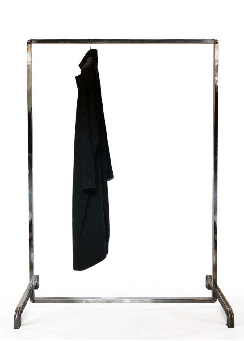 stender di design minimale con forme semplici adatto per negozi showroom hotel e coworking
