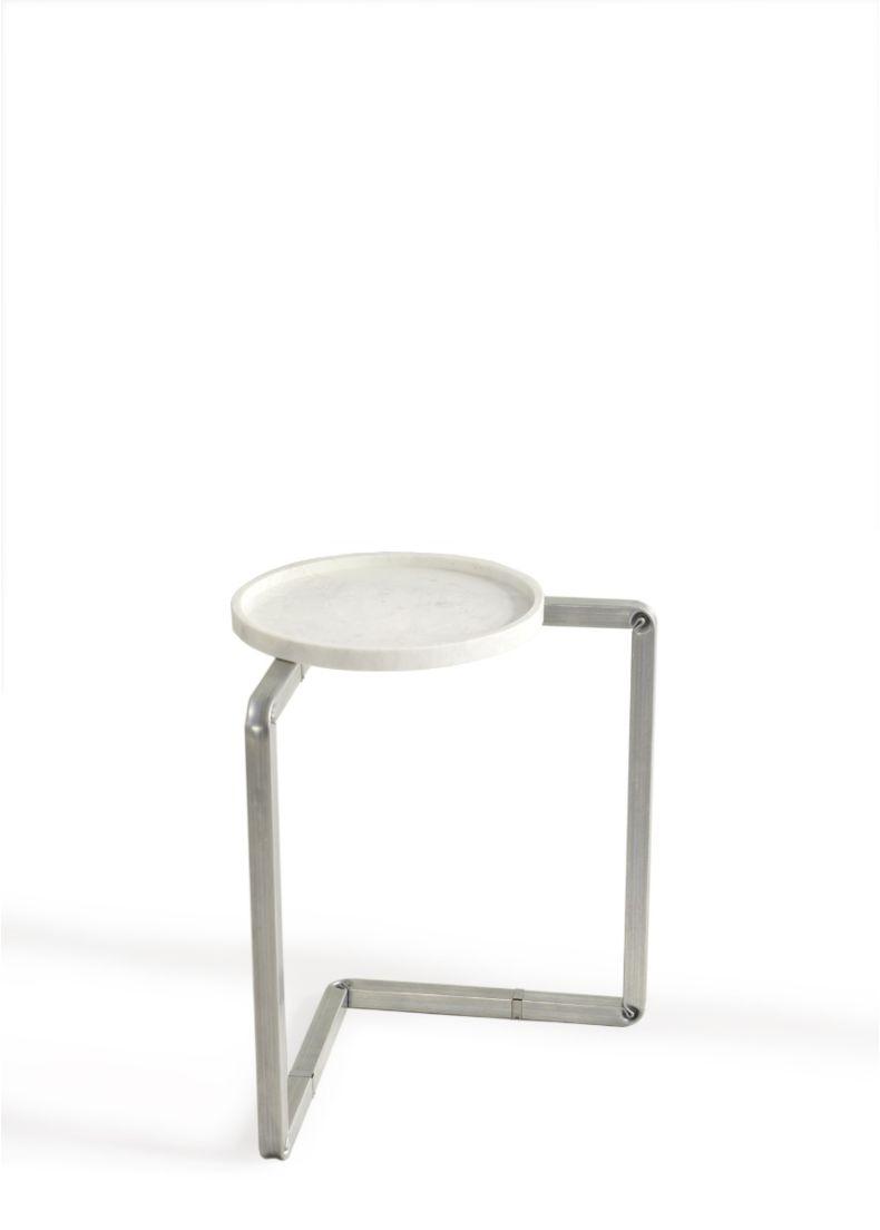 tavolino di design con struttura in metallo e piano in marmo adatto per showroom, hotel e uffici