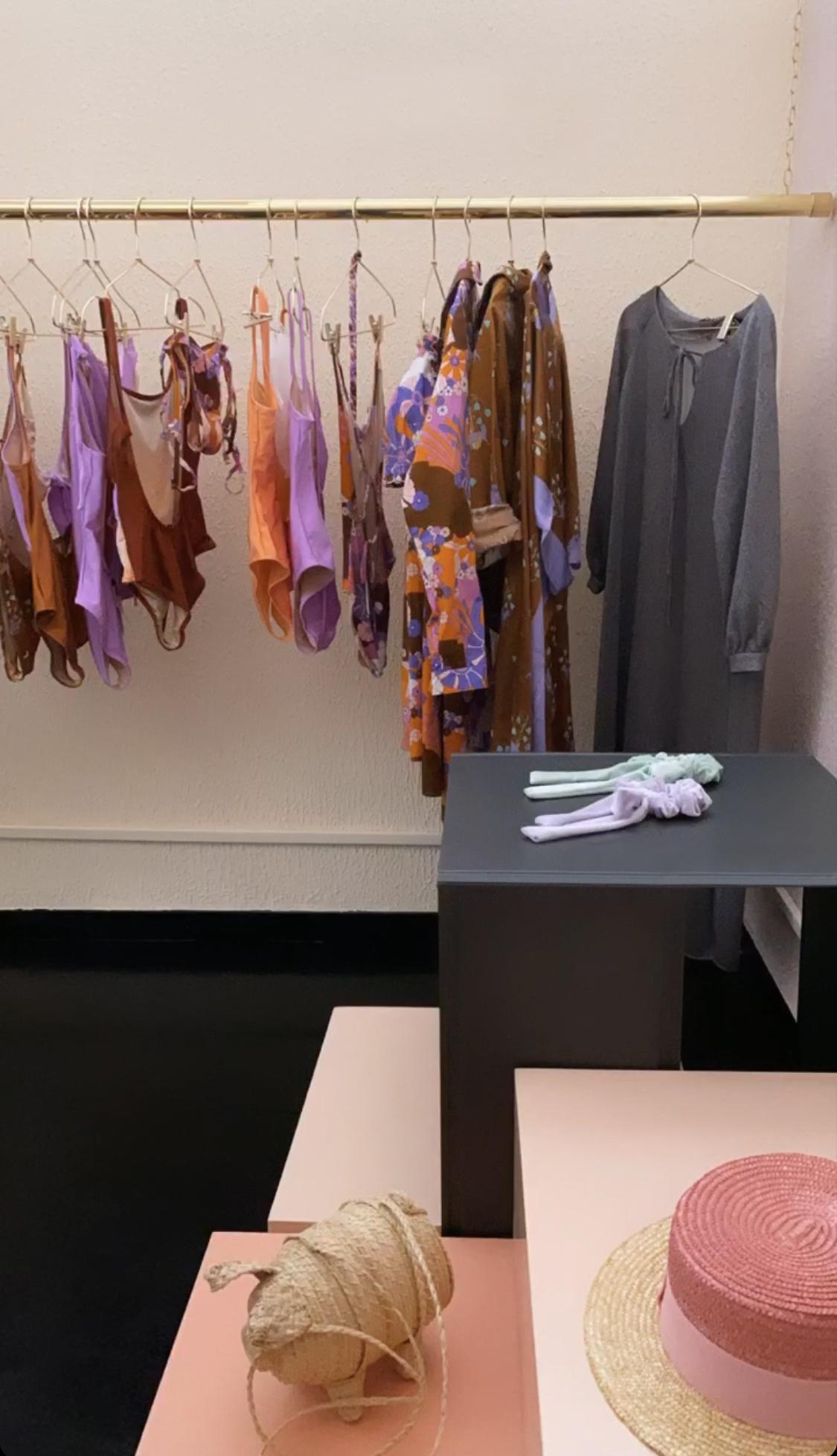 arredi di design in stile minimale e colorati per negozi e showroom