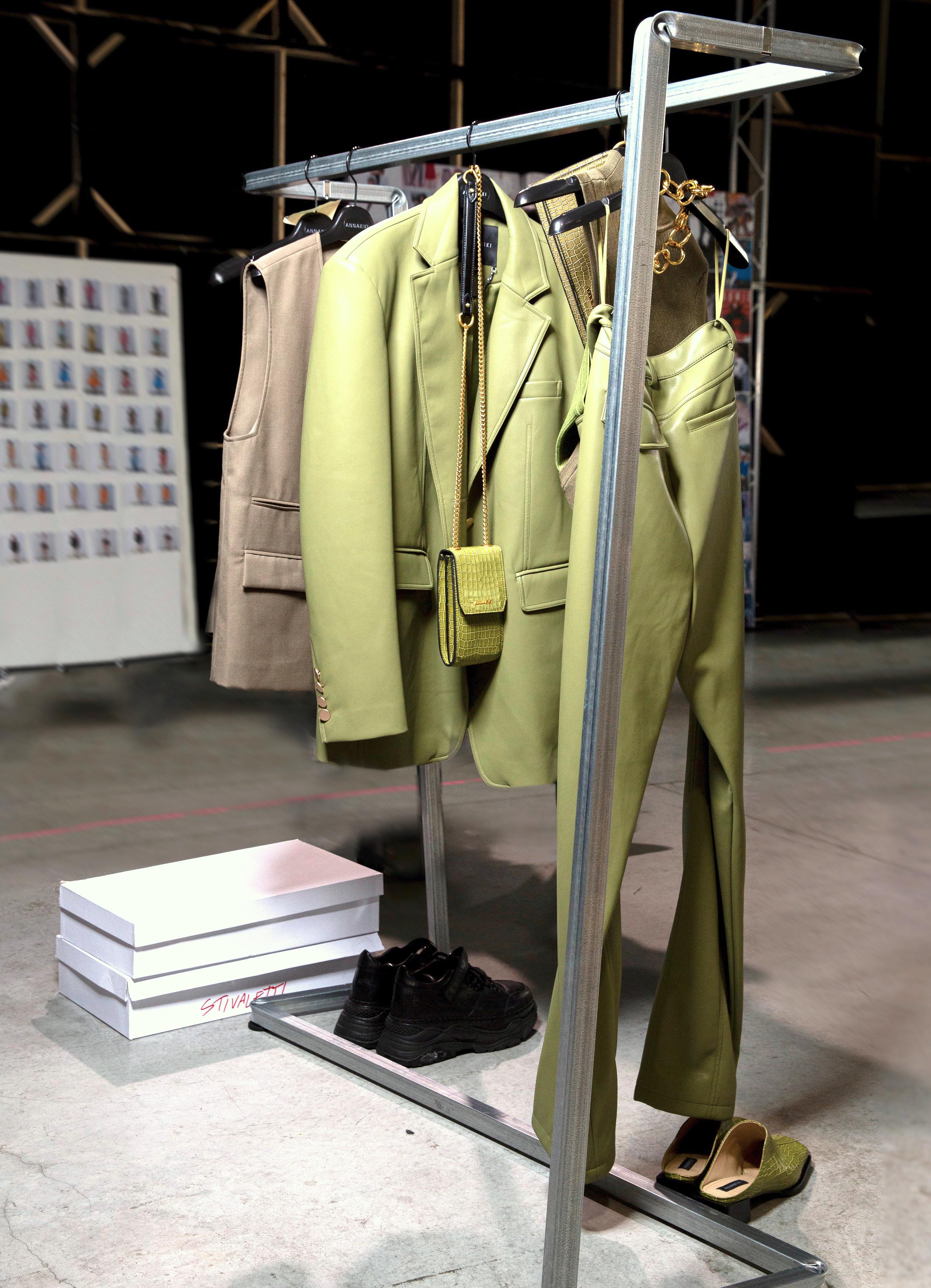 stender di design in acciaio per sfilate e presentazioni moda