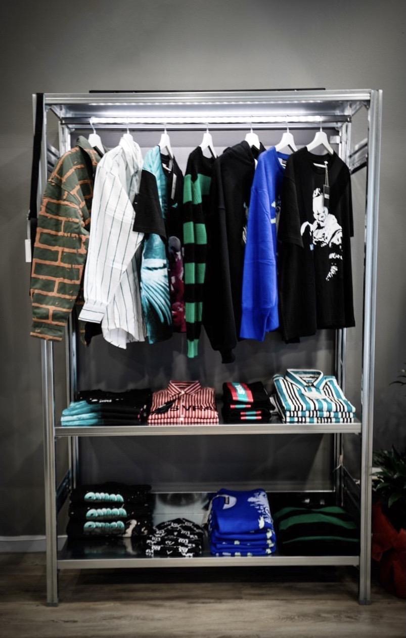 scaffale espositore di design in acciaio per negozi e showroom di moda