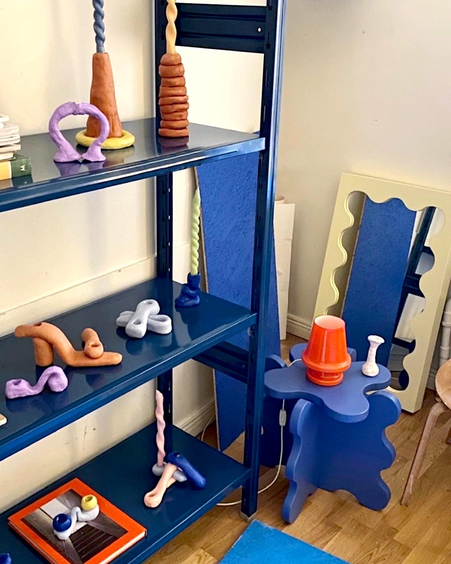 espositore di design in acciaio verniciato per uffici e showroom