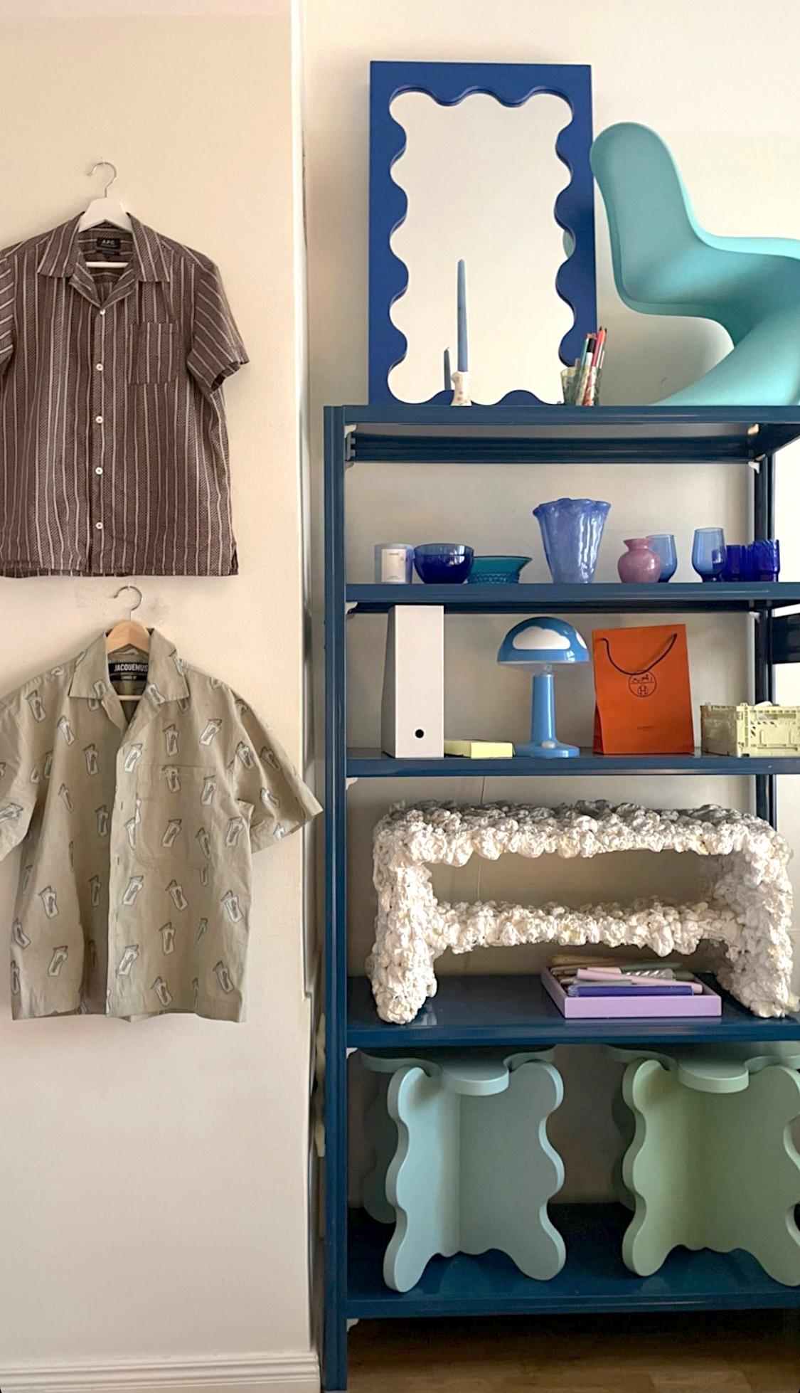 libreria di design in metallo colore blu per negozi uffici showroom e hotel