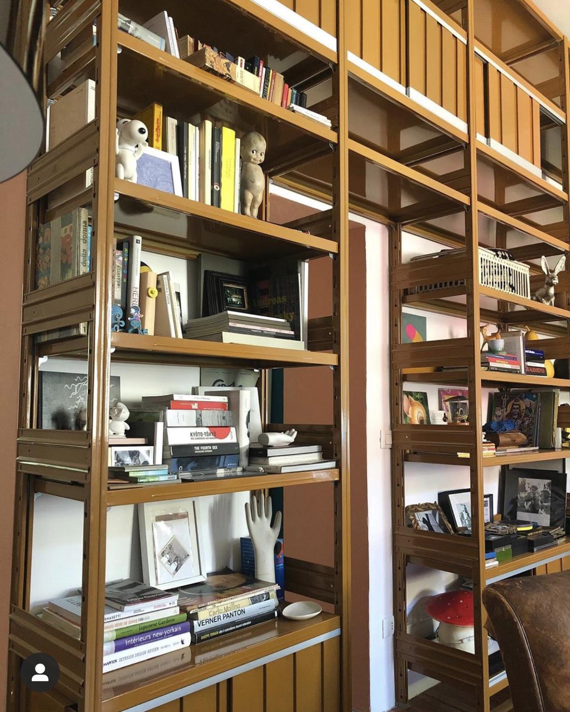 libreria di design dallo stile minimal realizzata da situér milano
