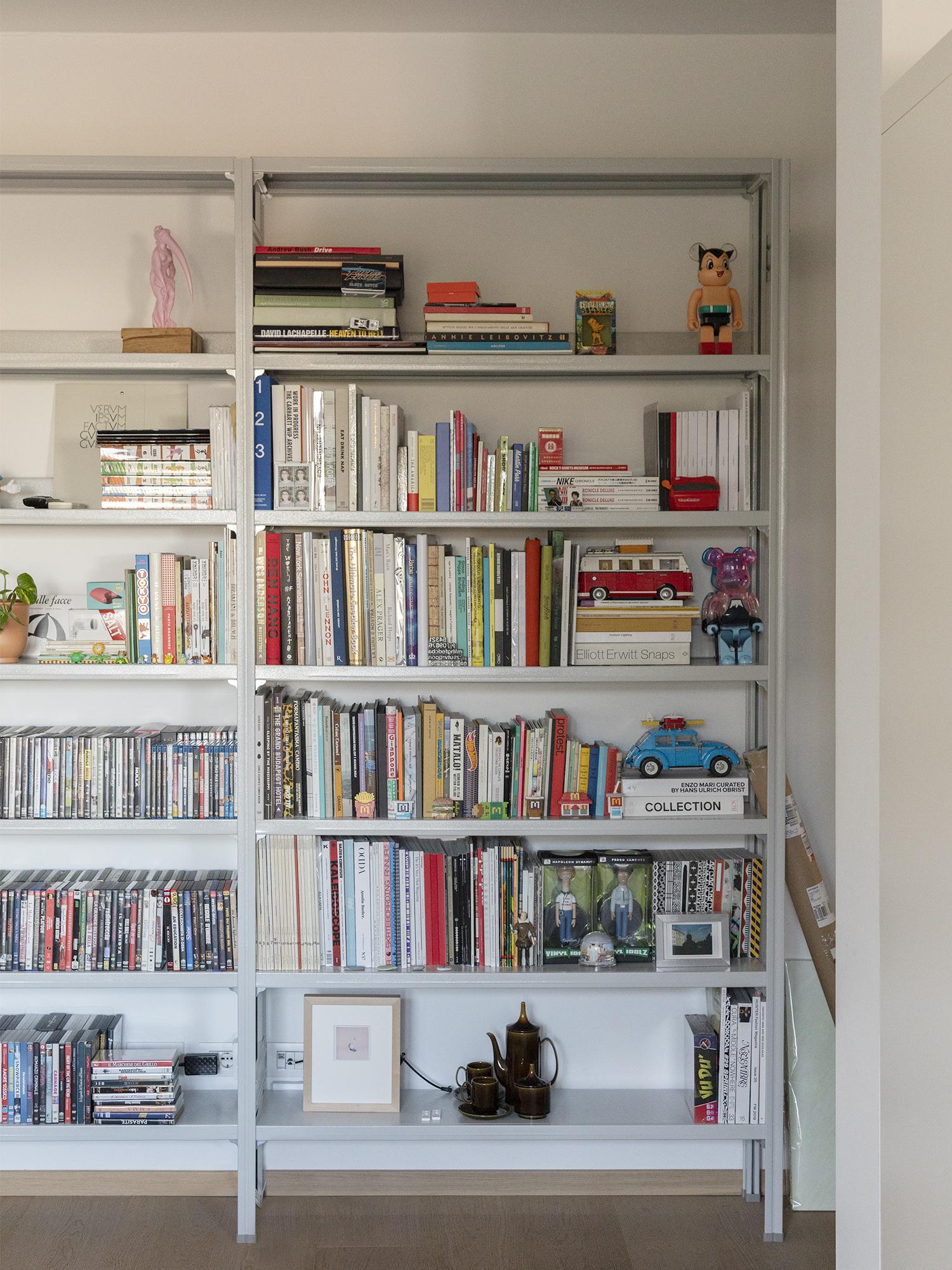 scaffale libreria di design in metallo per uffici e showroom