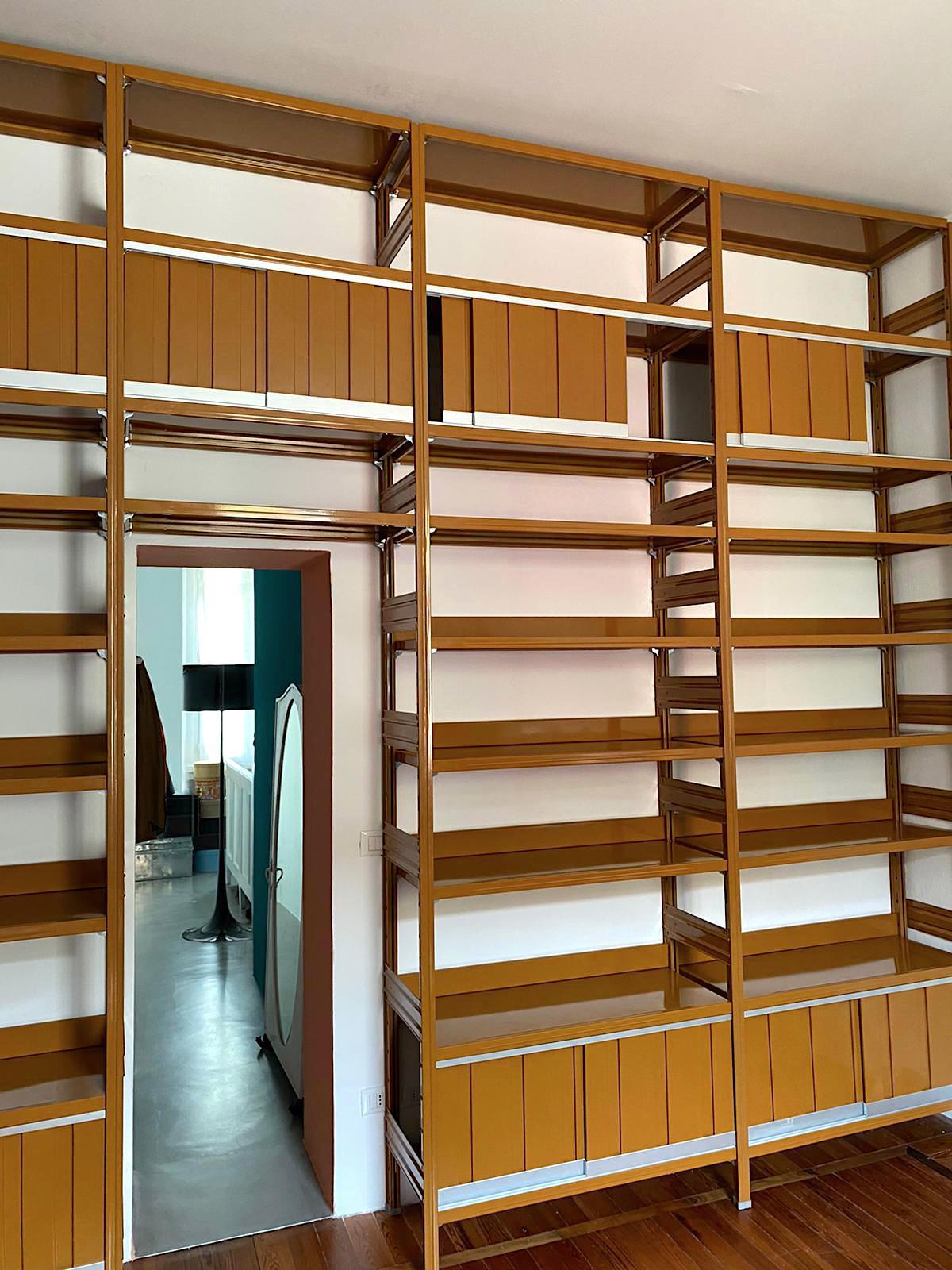 libreria di design realizzata in acciaio e colorata per negozi e uffici