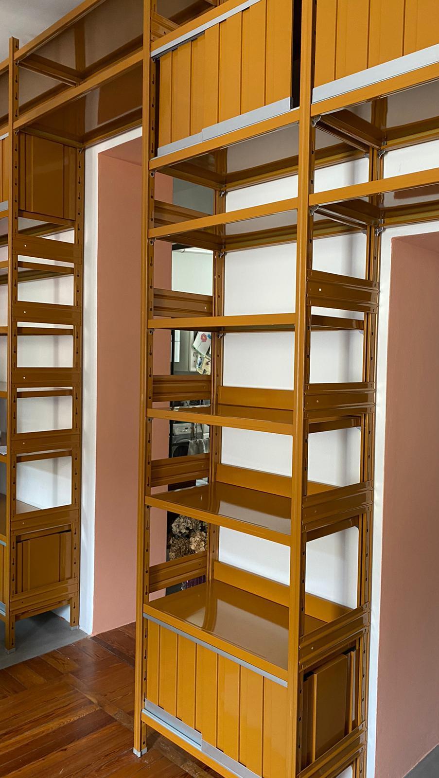 allestimento libreria design in metallo colorata per negozi e uffici
