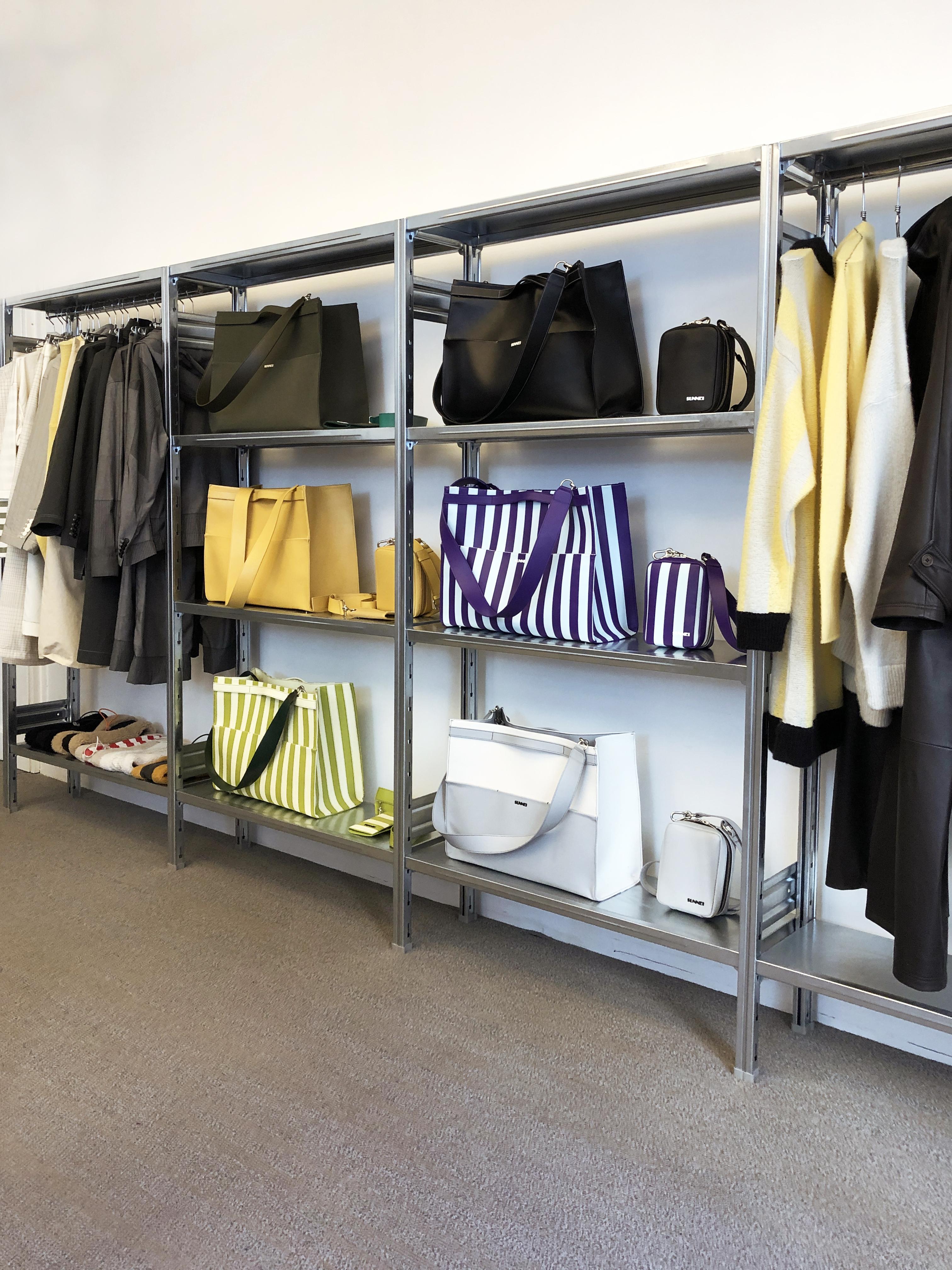 scaffalatura design sunnei showroom moda