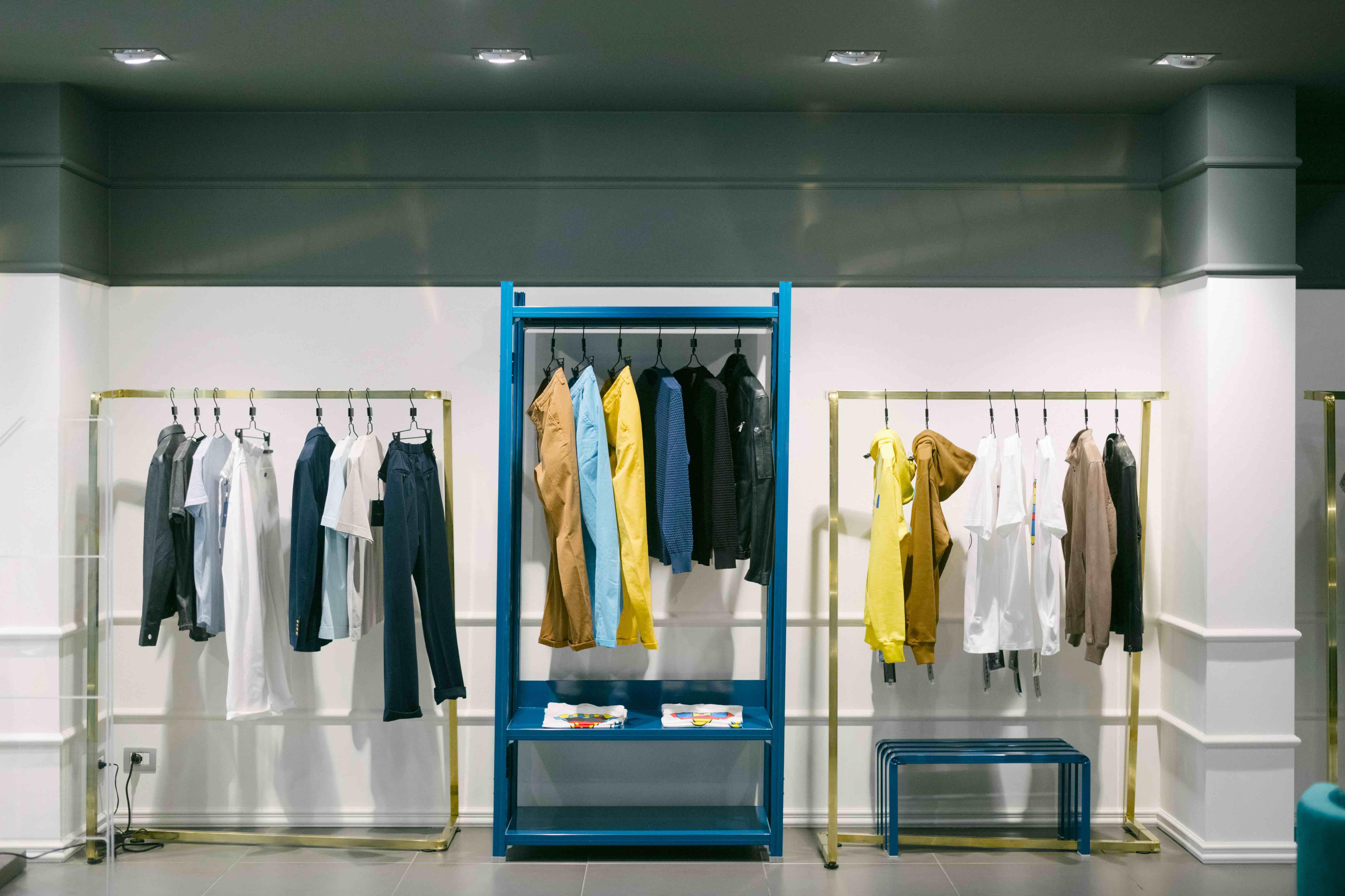 arredi di design in ottone per negozi e showroom di moda