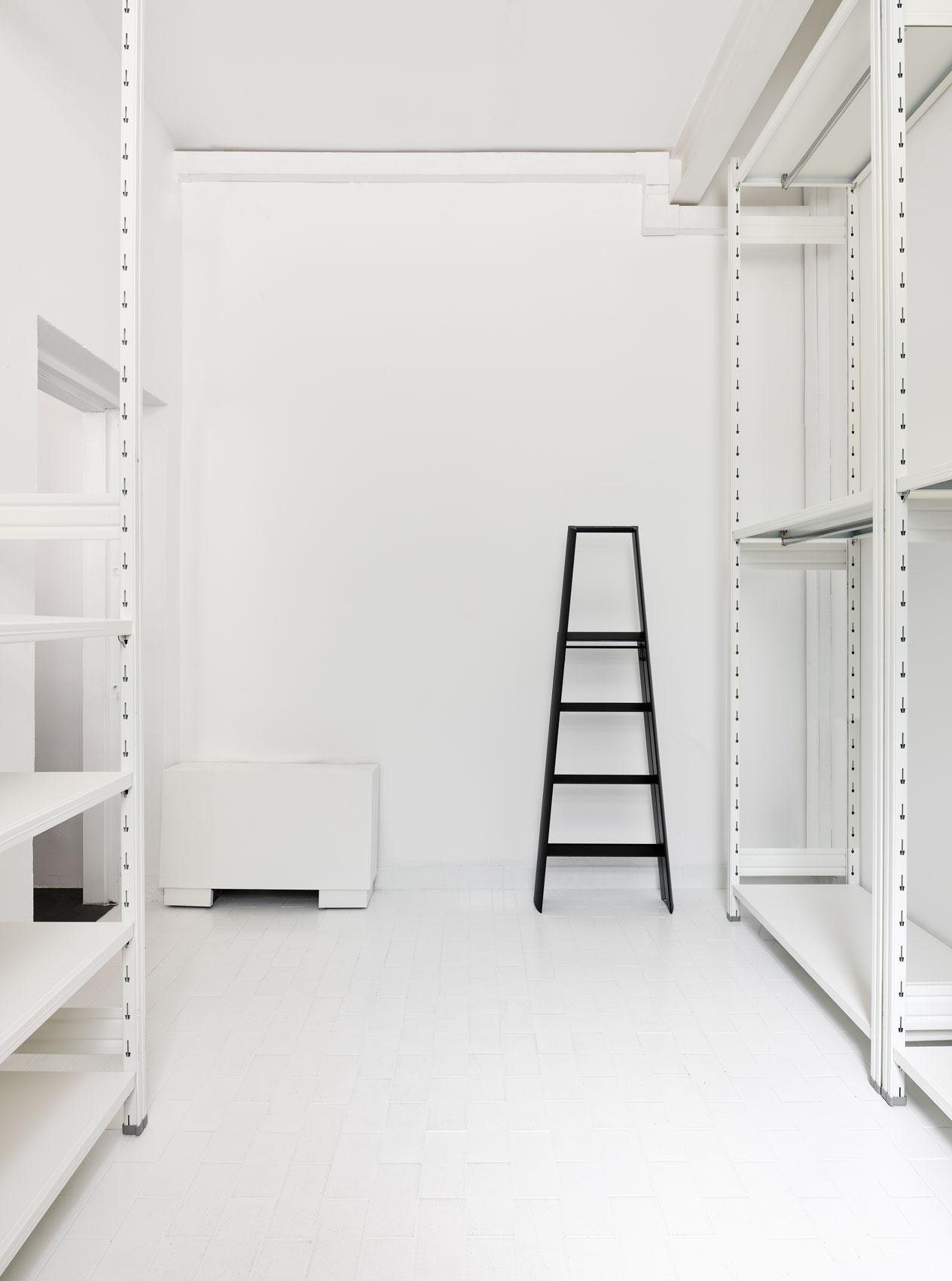 librerie di design in acciaio bianco per negozi e showroom moda sunnei