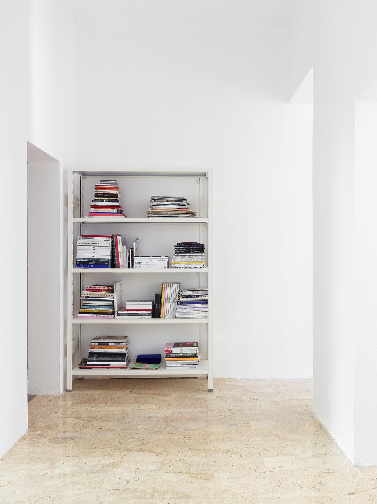scaffali librerie di design verniciate colore bianco per brand di moda