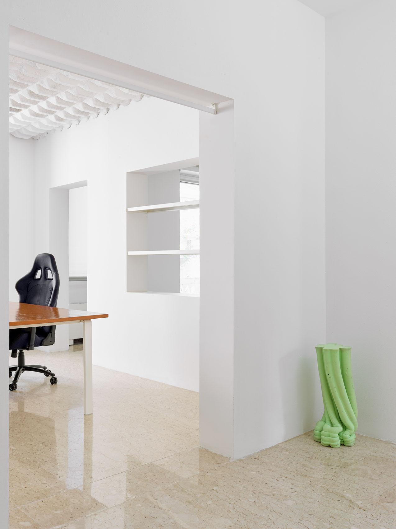 tavoli di design colore bianco realizzati per brand moda sunnei