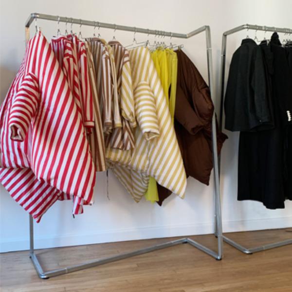Perché scegliere uno stender appendiabiti di design per il tuo negozio di abbigliamento