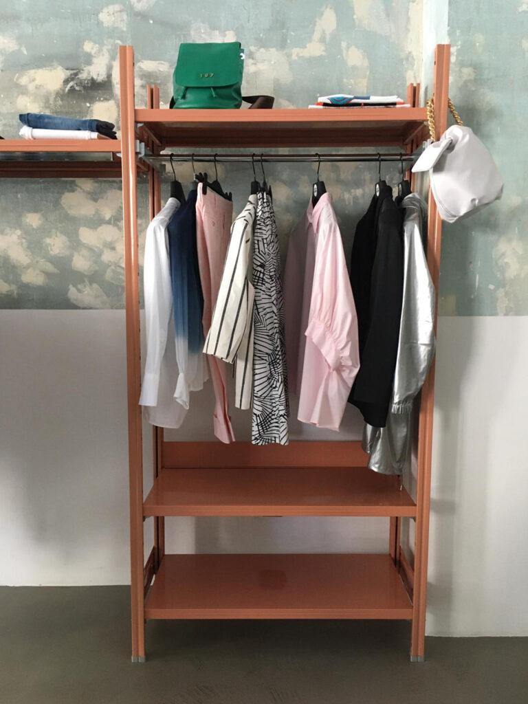 scaffalatura rosa cipria in noleggio arredo di design di situér milano
