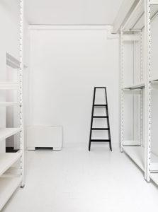 scaffali total white di situér milano per palazzina sunnei